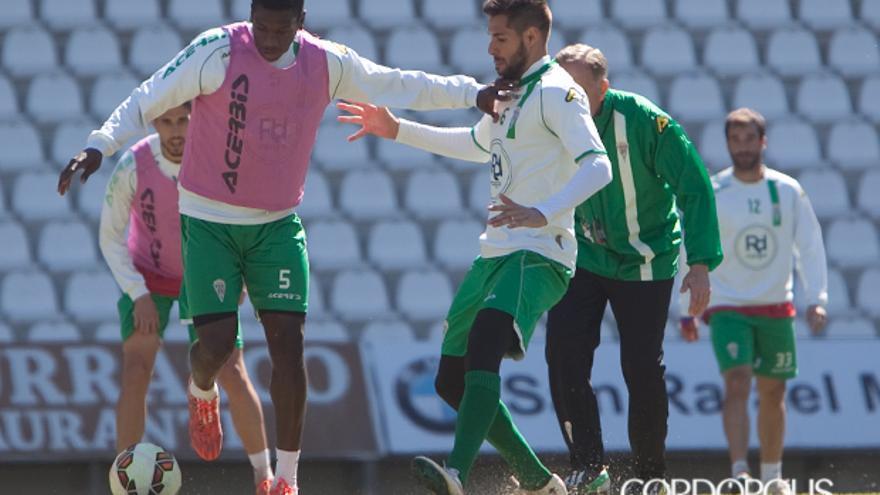 Luso pugna con Ekeng en un entrenamiento. | MADERO CUBERO