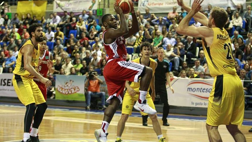 El base del Estrasburgo Ervin Walker (c) intenta canasta ante los jugadores del Iberostar Tenerife