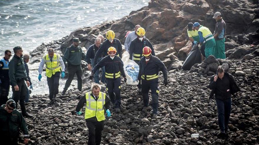 Efectivos de los servicios de Emergencias trasladan el cuerpo de uno de los fallecidos en la playa Bastián de Costa Teguise.  EFE/ Javier Fuentes