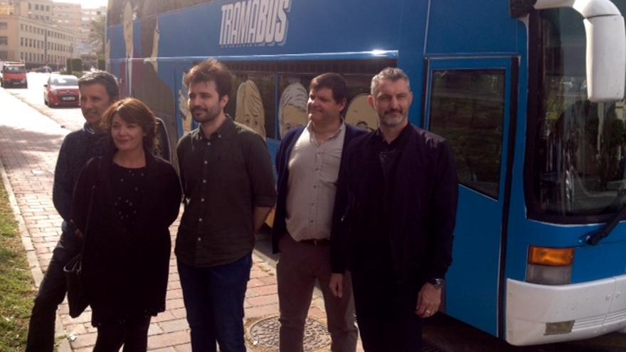 Los diputados de Podemos frente al Tramabús