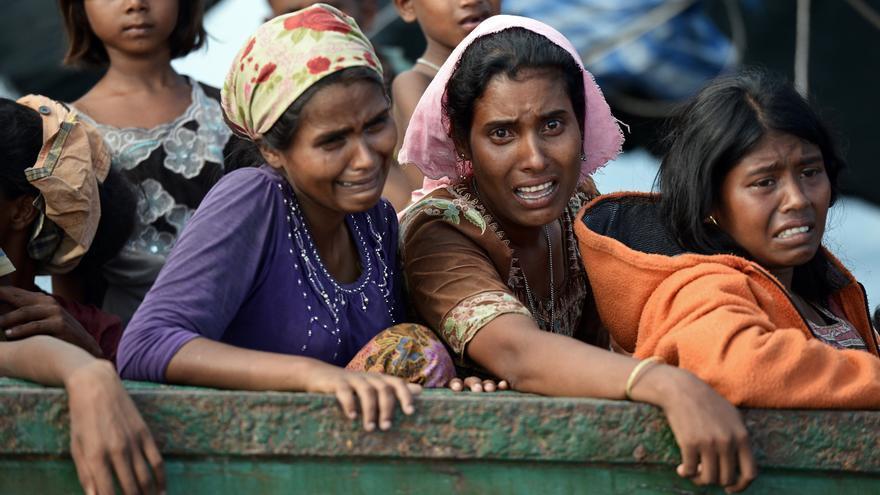 Varias mujeres Rohingya lloran deseperadas en un barco a la deriva en aguas tailandesas en mayo de 2015. CHRISTOPHE ARCHAMBAULT/AFP/Getty Images.