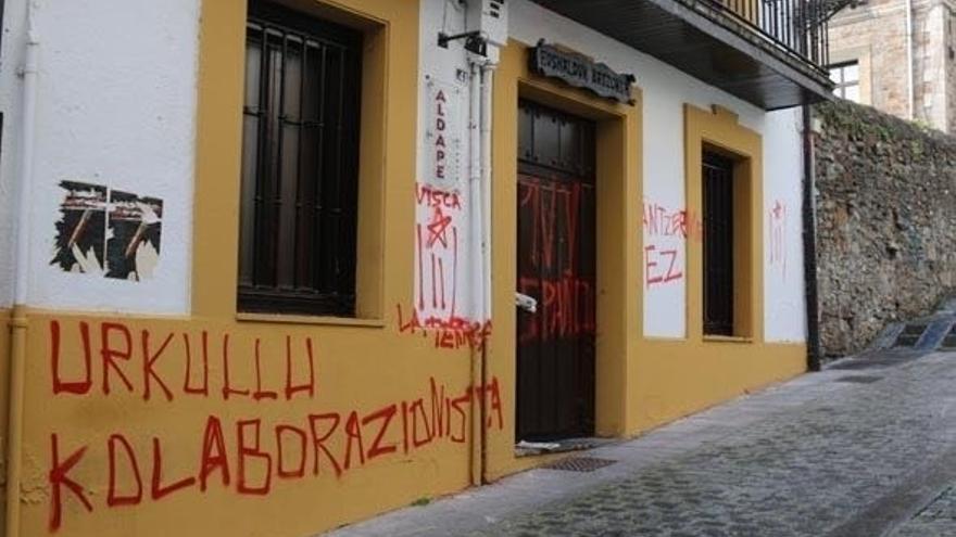 PNV denuncia la aparición de pintadas contra Urkullu en el batzoki de Arrasate (Gipuzkoa)