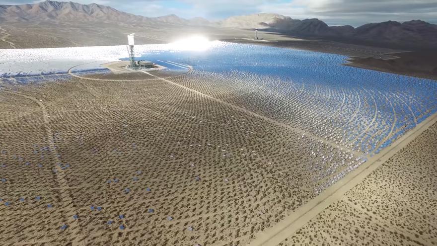 Campo de paneles solares abandonado
