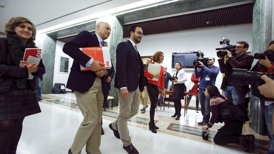 El PSOE intenta forzar un acuerdo transversal sumando a Podemos y Ciudadanos