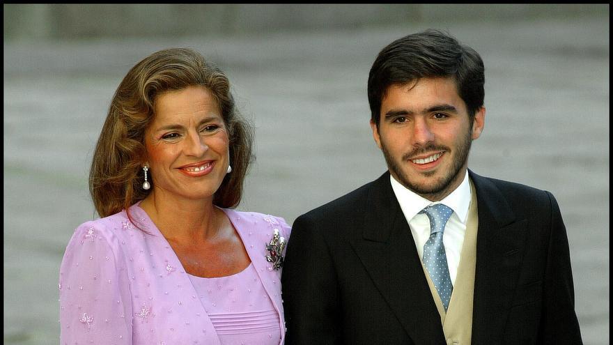 El hijo de José María Aznar junto a su madre, Ana Botella, en la boda de su hermana / GTRES