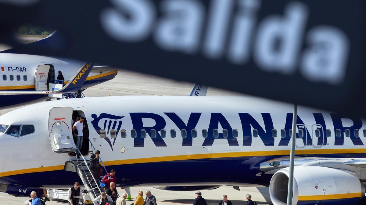 Varios viajeros desembarcan de un avión de la compañía aérea Ryanair.