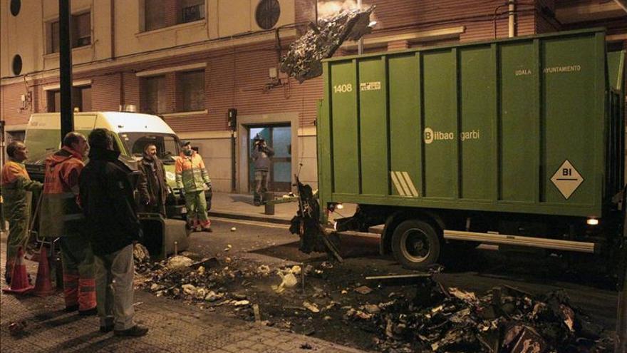 Tres encapuchados prenden fuego a tres contenedores en Bilbao