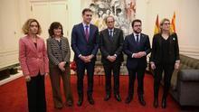 Los presidentes y miembros del Gobierno y la Generalitat durante su encuentro en Barcelona