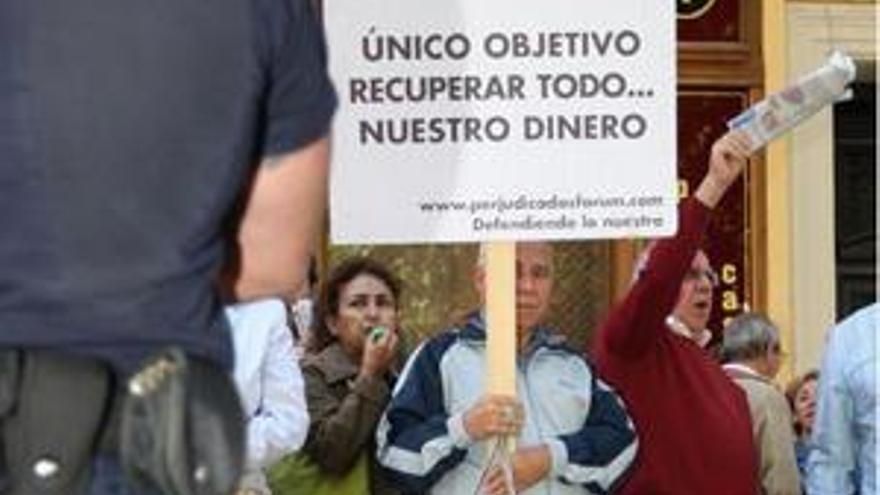 """Un grupo de afectados se manifiesta con una pancarta en la que se puede leer: """"Único objetivo, recuperar todo...nuestro dinero"""". (EP)"""