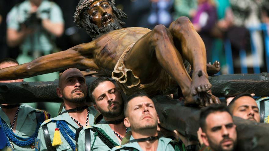 Los legionarios llevan al Cristo de la Buena Muerte en la procesión de Málaga de 2018.
