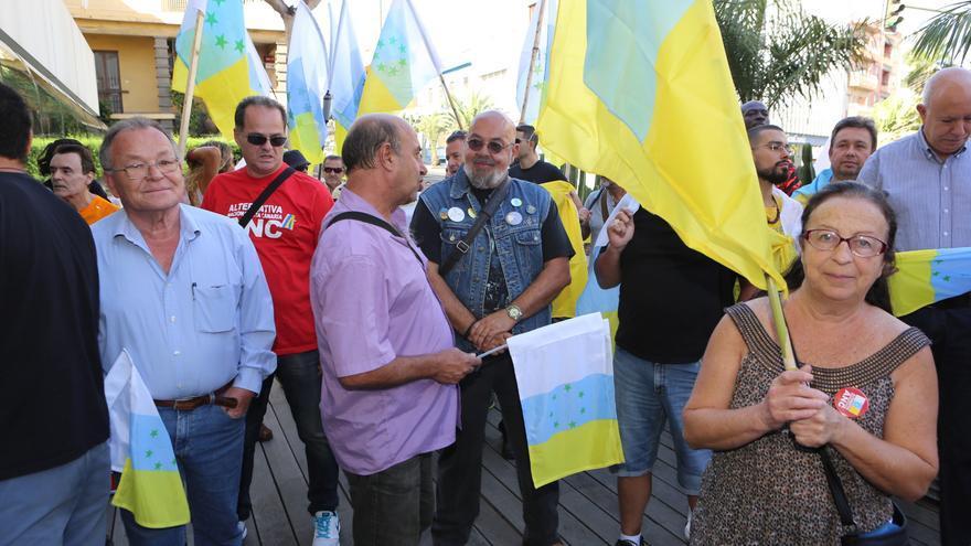 Asistentes al acto en el que se iba a izar la bandera tricolor