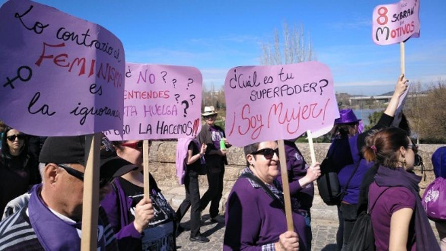 Cientos de personas han tomado este domingo las calles de las principales ciudades de Extremadura en defensa de los derechos de las mujeres