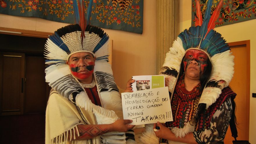 Natanael Vilolharva y Valdelice Veron, líderes indígenas Guaraní Kaiowá de Brasil defienden el derecho a la demarcación de sus tierras / Foto: Luna Gámez