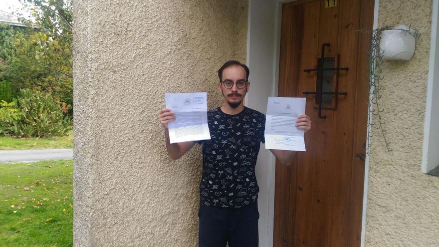 Xabier Ávarez con la carta del Obispado y la declaración de abandono en la mano / Foto cedida