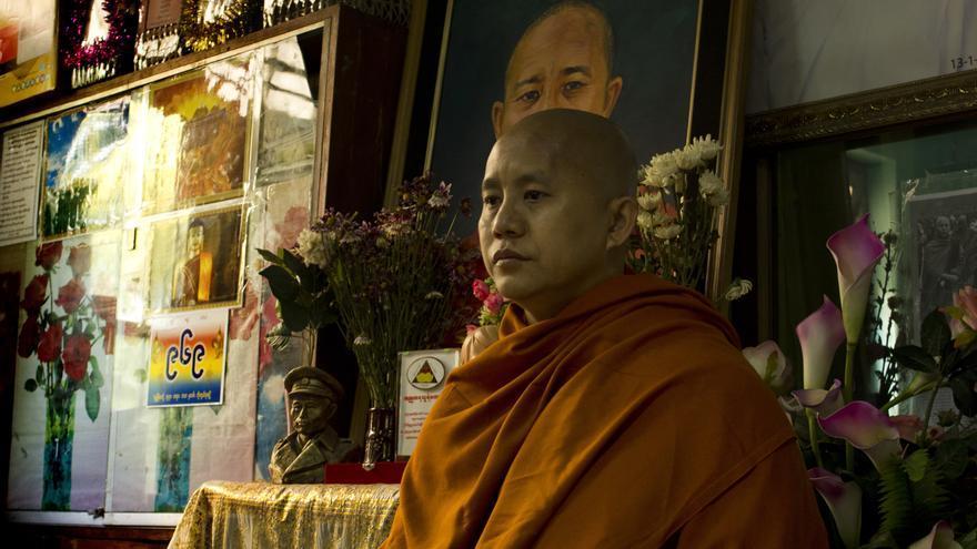 """El monje budista Ashin Wirathu, autodenominado """"el Bin Laden birmano"""", en el monasterio de Maseoyin, en Mandalay (Birmania). 7 de abril de 2013. © Carlos Sardiña Galache."""