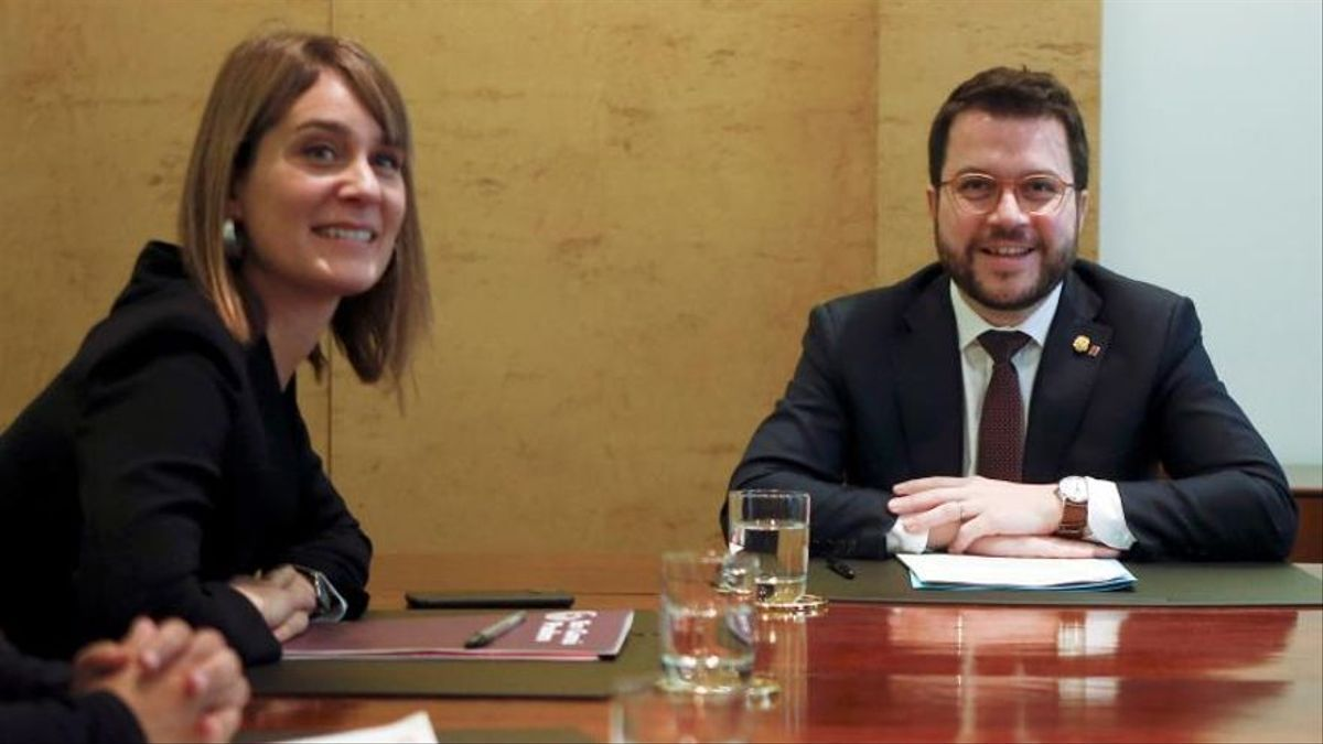 El vicepresidente de la Generalitat, Pere Aragonès (d), y la líder de En Comú Podem, Jéssica Albiach (i), durante la firma del acuerdo para los Presupuestos de la Generalitat de 2020