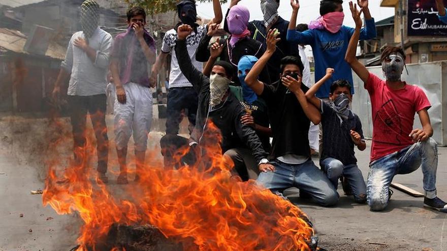 Cuatro muertos en un choque armado en Cachemira mientras sigue el toque de queda