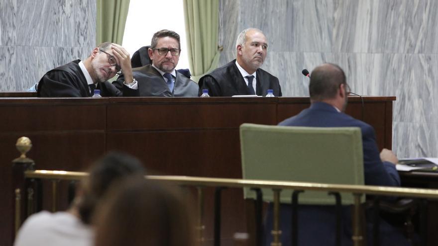 El juez Salvador Alba y sus abogados duranta la cuarta sesión del juicio.