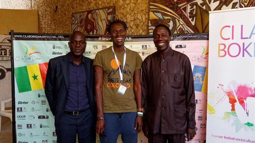 (De izda a dcha) Balla Ndiaye, director centro cultural Blaise Senghor; Khaly Thioune, director del Festival, y Sahite Sarr, director Teatro Nacional, posan durante la rueda de prensa en la que han presentado la primera edición del festival intercultural Canarias-Senegal 'Ci la bokk'.