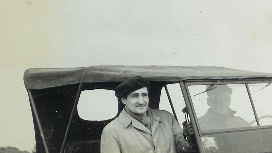 Aguirre en su coche oficial del ejército americano, con su propio conductor (sin identificar) en las inmediaciones de París en 1945. Fotografía cortesía de la familia Andrews.