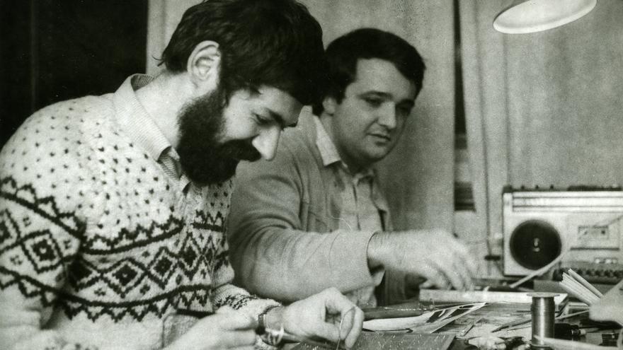 Voja Antonić (al fondo) y Jova Regasek trabajando en Galajsika