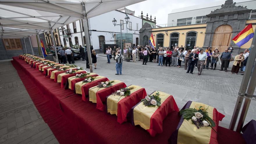 Homenaje funeral a los represaliados del franquismo hallados en el Pozo de Arucas.