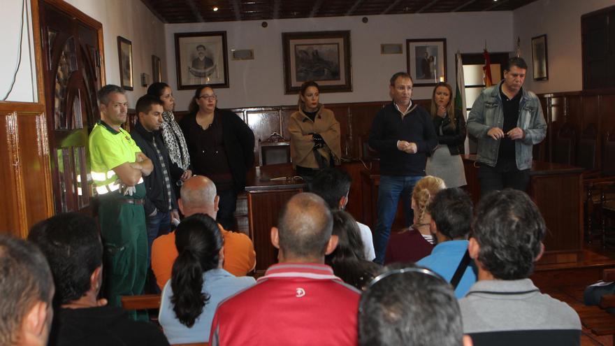 Los trabajadores, antes de incorporarse a sus respectivos puestos de trabajo mantuvieron este viernes un encuentro con el alcalde, Sergio Rodríguez, y el grupo de Gobierno, en el salón de plenos del Ayuntamiento pasense.