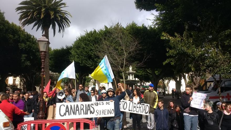Grupo de jóvenes que protestaron por el arresto del activista tinerfeño, muy cerca de los juzgados