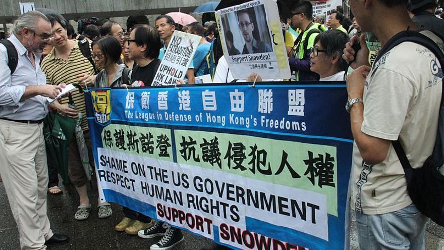 Cientos de personas apoyan a Edward Snowden frente al consulado de Estados Unidos en Hong Kong © Hai Yan/Voice of America via wikipedia