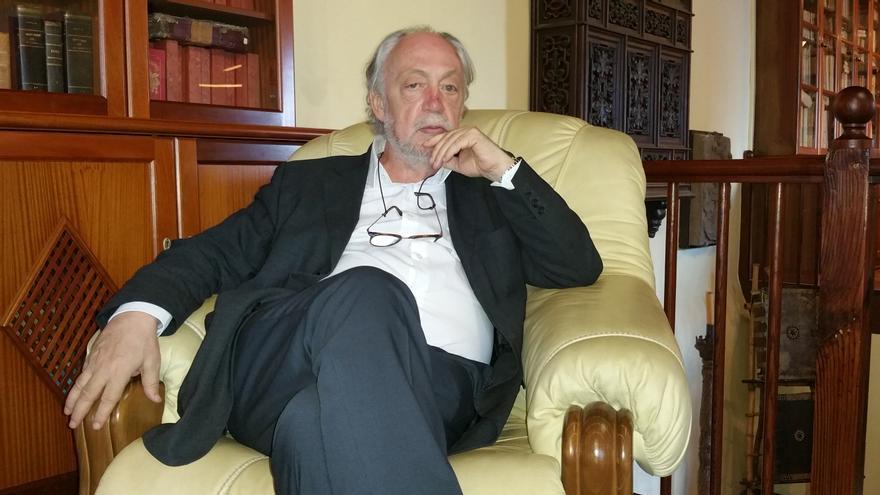Jorge Lozano en el Salón Noble de la Sociedad Cosmológica. Foto. LUZ RODRÍGUEZ.