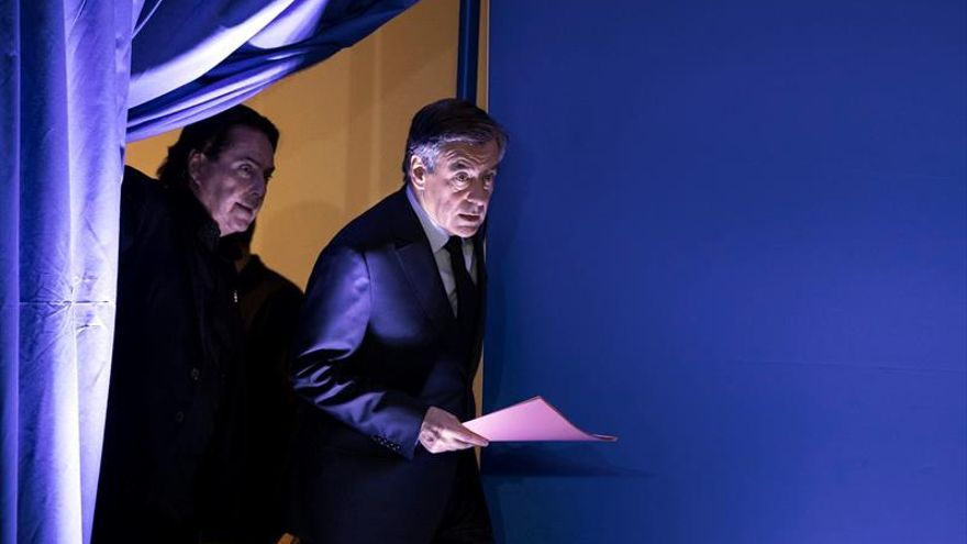 Fillon recibió dinero de los dos hijos a los que contrató con fondos públicos