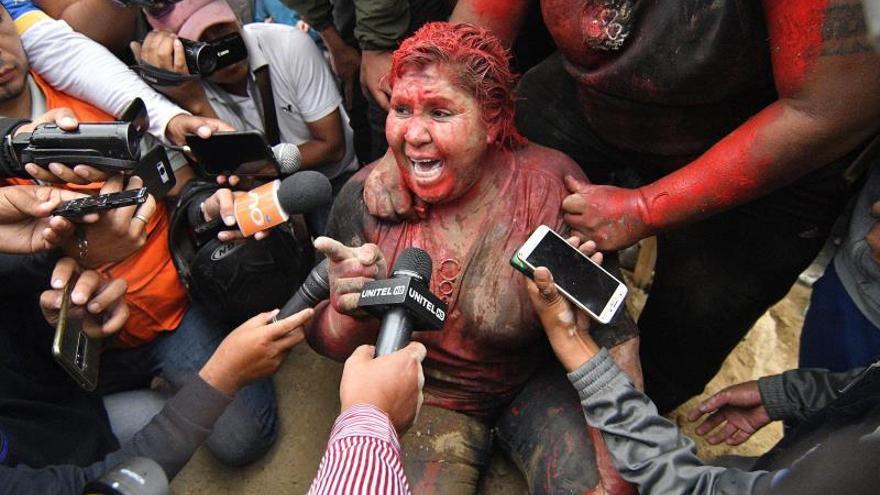 La alcaldesa de Vinto, Patricia Arce, se dirige este miércoles a los medios tras haber sido vejada en la calle por una muchedumbre que la roció con pintura rojiza y le cortó el pelo en Vinto (Bolivia).