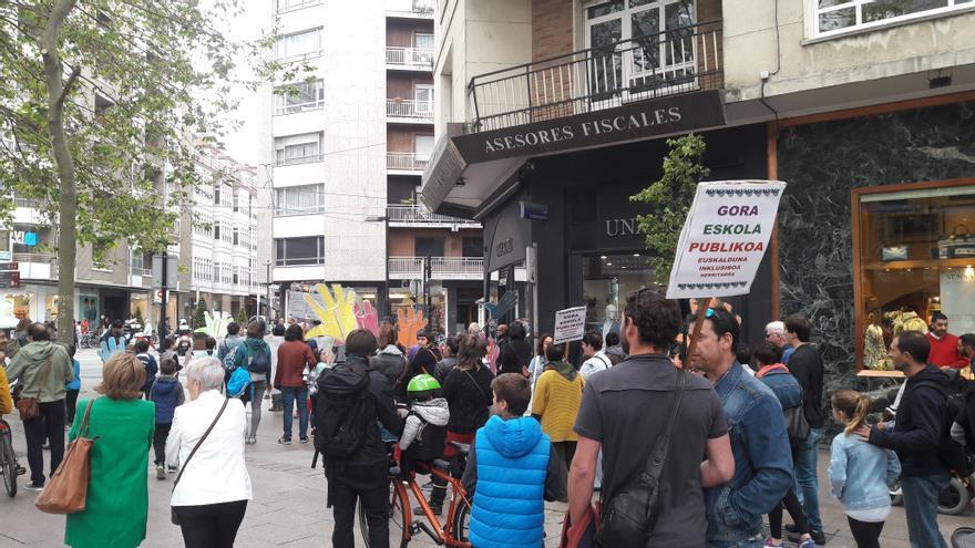 La Plataforma a favor de la Escuela Pública Vasca marcha por las calles de Vitoria-Gasteiz para exigir soluciones