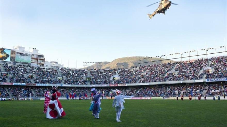 Sus Majestades llegando al estadio en helicóptero