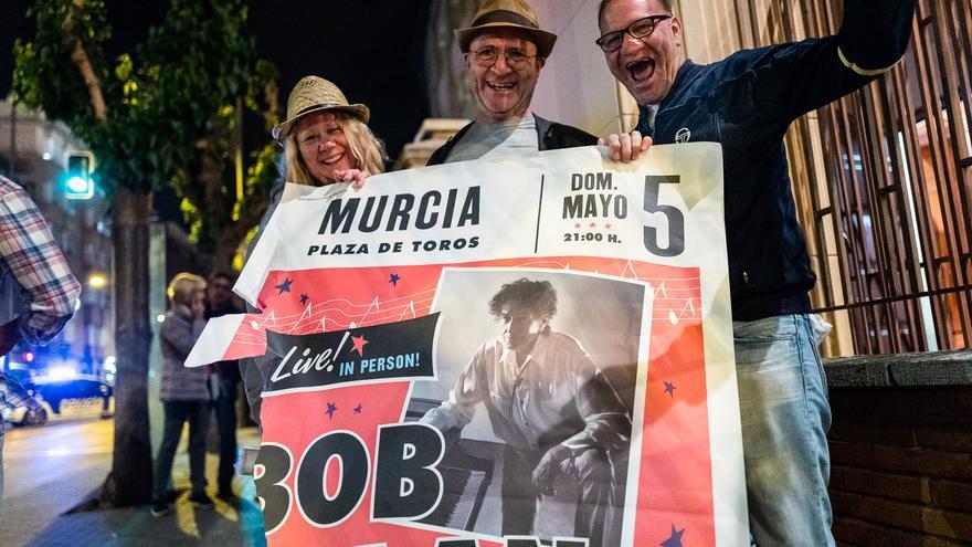 Tres amigos han viajado desde Irlanda hasta a Murcia para poder asistir al concierto de Bob Dylan.  A la salida del concierto se hacen con el mejor souvenir posible para llevarse a casa: el cartel del concierto.