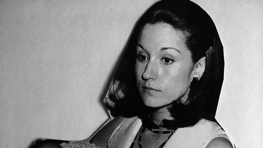 Pilar Navarro con la hija que tuvo en 1974, un años después del caso que denuncia.