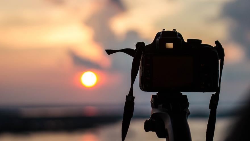 imagem de uma câmera fotografando o por do sol