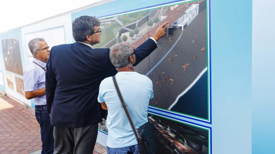El concejal de Urbanismo del Ayuntamiento de Las Palmas de Gran Canaria, Javier Doreste, muestra una simulación con la obra de La Cícer.