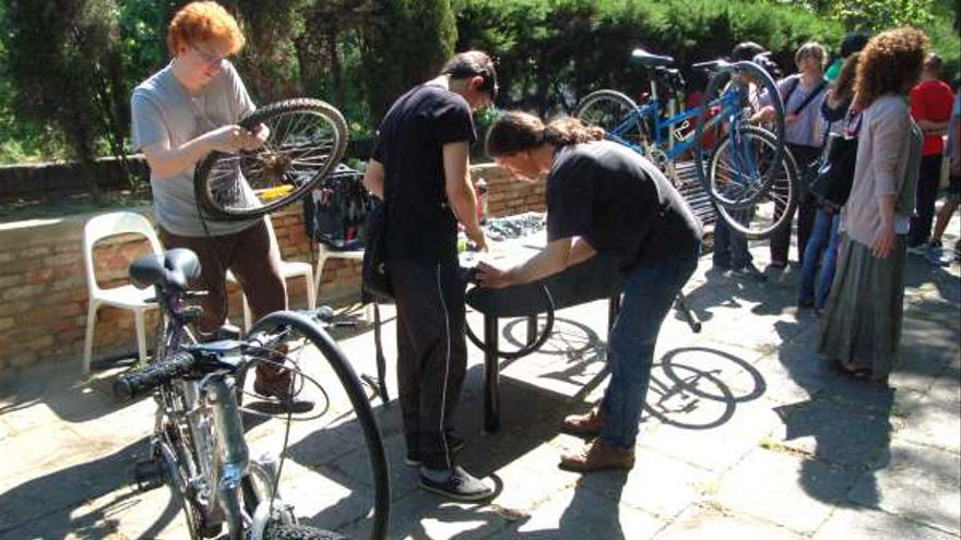 La cooperativa Biciclot organiza talleres de reparación de bicicletas  foto BCNedu