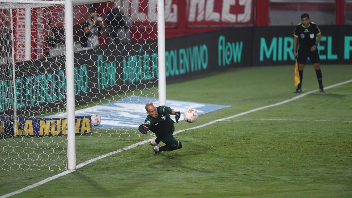 Sebastián Sosa, arquero de Independiente, le atajó un penal a Sebastián Villa en tiempo de descuento