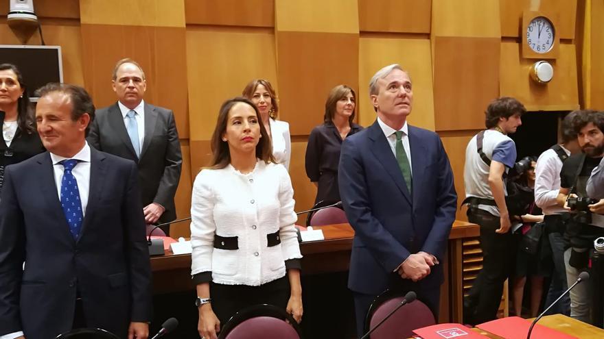A la derecha el nuevo alcalde de Zaragoza, Jorge Azcón