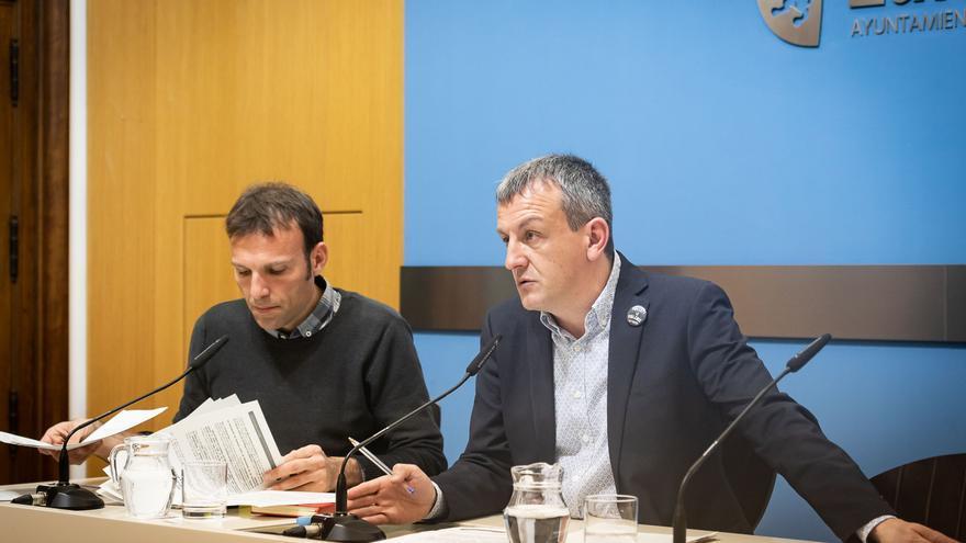 El concejal de Urbanismo del Ayuntamiento de Zaragoza, Pablo Muñoz (izqda), y el edil encargado de Economía, Fernando Rivarés (dcha)