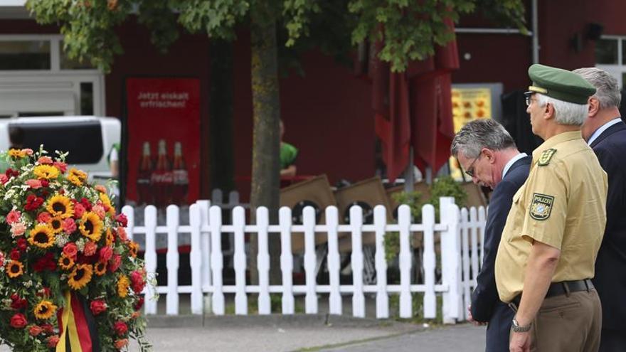 El ministro de Interior alemán deposita flores en el lugar de la matanza de Múnich