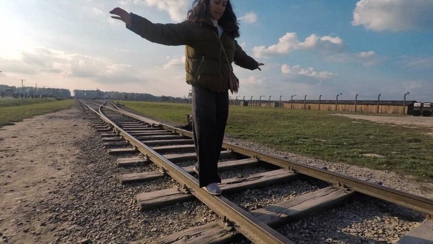 Una de las visitantes del campo de concentración de Auschwitz, en una imagen difundida por el museo