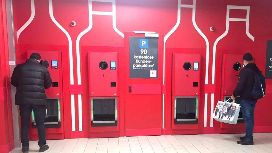 Usuarios depositan los envases retornados en las máquinas habilitadas para ello