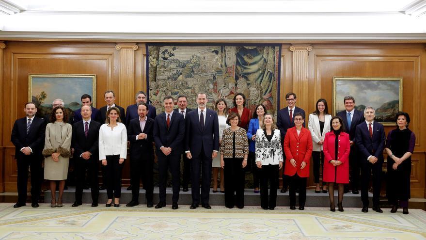 El Rey Felipe VI posa en una fotos de familia junto a los miembros del gobierno de coalición de PSOE y Unidas Podemos