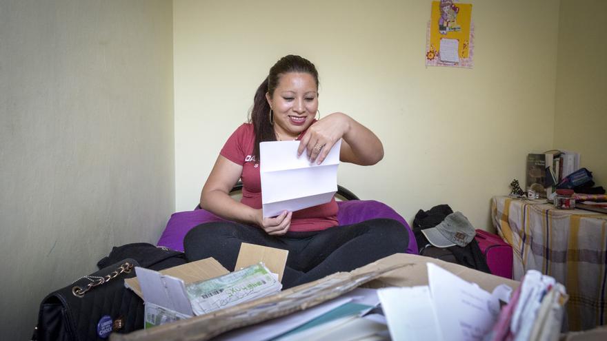 Teodora Vásquez, condenada a 30 años de cárcel aunque finalmente fue liberada por un aborto en El Salvador, leyendo cartas de activistas que le apoyan / Amnesty International