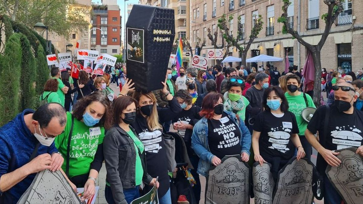Manifestación de protesta ante la entrada de los díscolos de Vox en la Consejería de Educación y Cultura