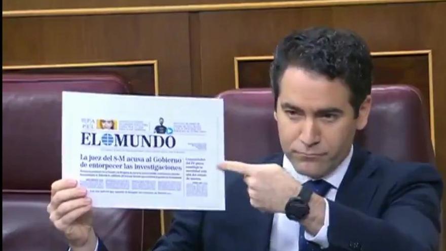 El Secretario General del PP García Egea con una portada de El Mundo sobre el no caso 8M