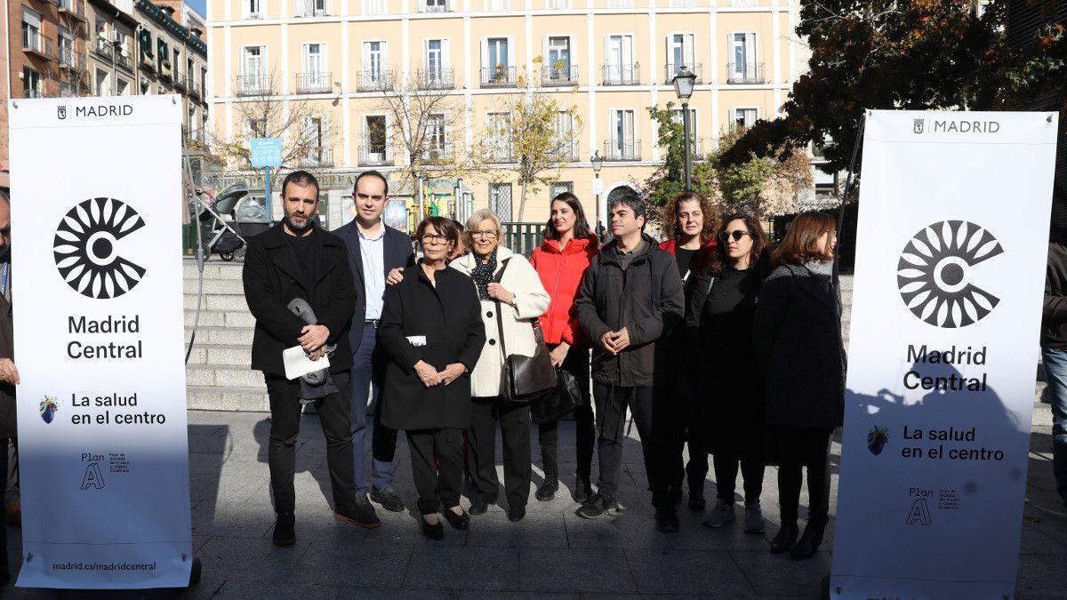 Manuela Carmena y su equipo en la bienvenida a Madrid Central en la Plaza de Pedro Zerolo   AYUNTAMIENTO DE MADRID